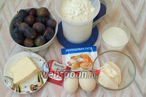 Для приготовления простого сливового пирога нам понадобится мука, сахар, сметана, яйца, разрыхлитель, ванилин, сливочное масло и свежая слива.