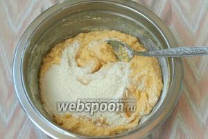 Небольшими порциями подсыпать сухие ингредиенты к жидким, каждый раз перемешивая ложкой.