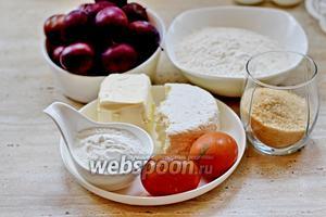 Для приготовления галет нам понадобятся такие продукты. Для теста: мягкое сливочное масло, яйца, творог, мука, соль. Для начинки: свежая слива, сахар коричневый (можно белый), крахмал, корица по желанию.