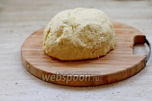 Замесить мягкое эластичное тесто и убрать его в холодильник на 20-30 мин.