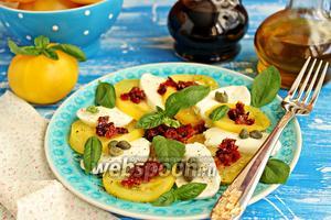 Капрезе с жёлтыми помидорами, каперсами и вялеными томатами