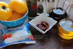 Для Insalata caprese, потребуются: помидоры (спелые, сладкие), масло (холодного отжима extra virgin), морская соль, вяленые томаты, каперсы, сыр и бальзамический уксус (по желанию).