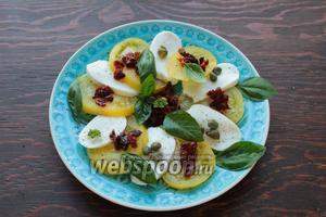Добавить листья базилика, приправить свежемолотым перцем, морской солью (по вкусу) и полить лучшим, какое у вас припрятано, оливковым маслом. Вот и всё, мега-просто и мега-вкусно! Buon Appetito!!!