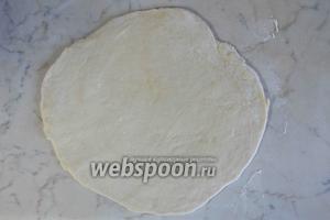 Слоёное тесто раскатать на небольшом количестве муки, толщиной 2-2,5 см толщиной.
