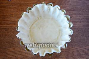 Форму для выпечки смазать сливочным маслом. Выложить в форму раскатанное тесто. Сделать высокие бортики по краям, как показано на фото.