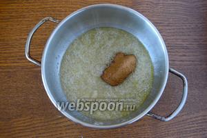 В неглубокой кастрюле смешиваем сливочное масло и сахар. Сахар должен начать карамелизироваться, после того, как сахар принял оттенок карамели, добавляем ванилин и корицу.
