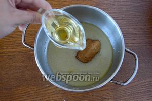 Затем добавляем вино, хорошо перемешиваем. Увариваем полученную смесь на слабом огне около 2 минут.