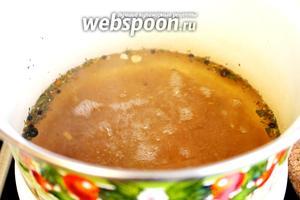 Воду слить, добавить соль, сахар, довести до кипения, отставить кастрюлю с огня и добавить уксус, снова вскипятить и залить помидоры маринадом.