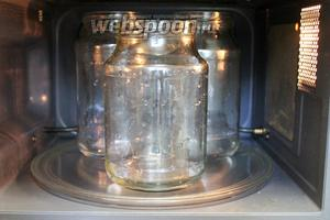 Промытые банки простерилизовать любым способом, я в микроволновке в последнее время делаю (описано в рецепте  Огурцы солёные консервированные ).