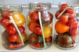 Наполнить банки помидорами, проколотыми зубочисткой у плодоножки, проложить нарезанным стеблем хрена.