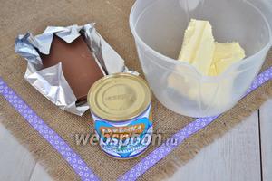 Для крема потребуется тёплое масло, банка варёного сгущённого молока, шоколад.