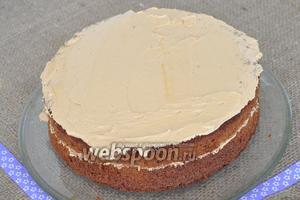 На блюдо выкладывать коржи и покрывать кремом. Оставить 3-4 ст. л. крема для финального украшения торта.