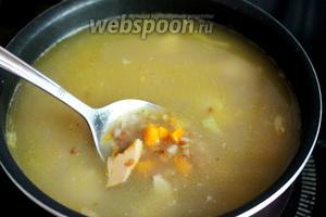 Когда крупа почти сварится, заправить суп овощами.