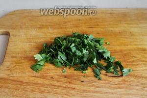 Нарезать зелень петрушки.