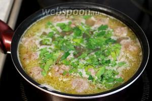 Заправить готовый суп зеленью, дать немного постоять под крышкой. Подавать, лучше со сметаной.