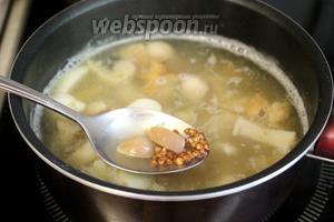 Сковороду наклонить, чтобы масло стекло в одну сторону, а крупу ложкой отправить в кастрюлю.