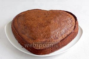 Готовый пирог остудить в форме, затем вынуть. Полить растопленным шоколадом и украсить малиной. Он получается не слишком сладким, но очень душистым. Если вы любите более сладкую выпечку, то увеличьте количество сахара.