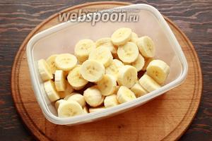 Сложить в контейнер для заморозки и отправить в морозилку (я ставлю в отделение для шоковой заморозки, замерзают через 40 минут). Бананы должны полностью замёрзнуть (как камешки).
