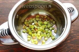 Добавить ревень и проварить несколько минут, иногда перемешивая (аккуратно!). Добавить 1 ч. л. лимонного сока (можно добавить пряности). Выключить, охладить.