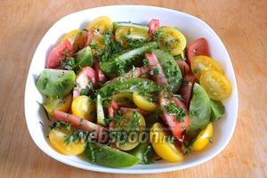 Добавьте в салат мелко нарубленную зелень, хорошо перемешайте. Полейте заправкой и подавайте к столу. Трёхцветный салат «Светофор» готов. Приятного аппетита!