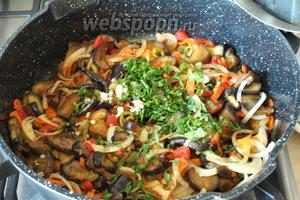 Спустя это время, добавить в сковороду измельчённую петрушку и чеснок, попробовать на соль и, если нужно, то ещё посолить, всё зависит от выбора соевого соуса.