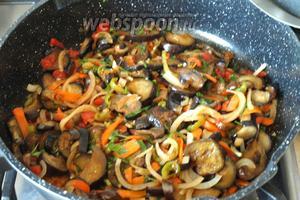 Перемешать все овощи с зеленью и чесноком, дать настояться 10 минут под закрытой крышкой. Приятного аппетита!