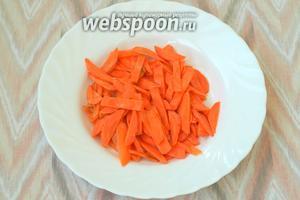 За это время нарезать морковь соломкой или натереть на крупной тёрке.