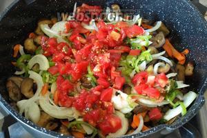 Затем добавить в сковороду все остальные овощи: лук, перец, помидоры и горький перец.