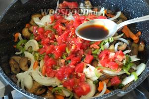 Влить соевый соус, перемешать, накрыть крышкой и тушить 10 минут.