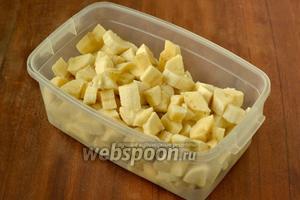 Мороженое лучше начать делать с вечера. Бананы очищаем и нарезаем небольшими кубиками, кладем в контейнер, закрываем крышкой и отправляем до утра или часов на восемь в морозилку.