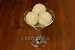 Раскладываем мороженое с помощью специальной ложки по креманкам, оно вкусное и без всяких добавок, но шоколад, тертые орешки или протертые с сахаром ягоды добавят мороженому еще больше вкуса.