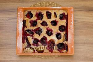Выпекайте примерно 40 минут при 180-190°С. Затем пирог нужно вынуть и остудить.
