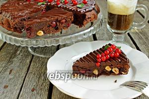 Брауни с вишней, фундуком и шоколадным кремю
