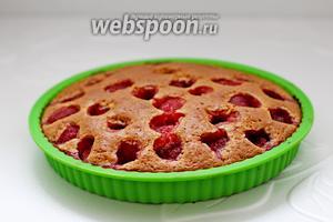 Готовый пирог остудить немного, вынуть из формы. По желанию присыпать сахарной пудрой. Приятного аппетита!