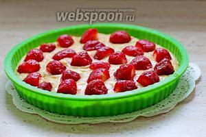 Выложить клубнику в тесто, немного её подтапливая. Выпекаем пирог при 180°С 40 минут. Ориентируйтесь по параметрам своей духовки.