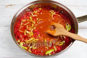Залить массу томатным соком. Подержать на огне 2-3 минуты.