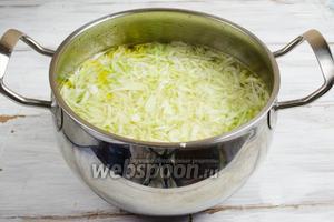 Из готового бульона вынуть коренья и лук. Добавить в горячий бульон картофель и капусту. Поставить кастрюлю на медленный огонь.