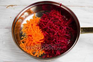 На жире от топлёного сала пассеровать подготовленные свёклу и морковь.