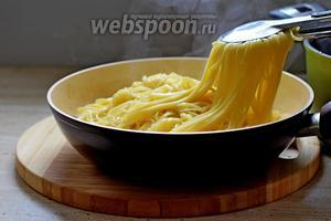Готовую пасту добавляем в соус с овощами, перемешиваем и готовим на среднем огне 2 мин.