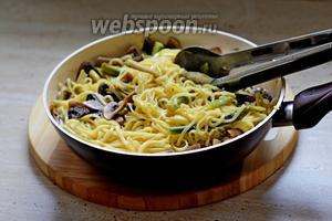Готовую пасту сразу выкладываем по тарелкам. Посыпаем пластинами или стружкой пармезана и присыпаем листиками петрушки. Приятного аппетита!!!
