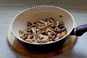 В сковороде, на оливковом масле, обжариваем шампиньоны до полу-готовности. Жарим на сильном огне до выпаривания жидкости.