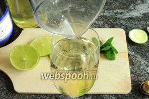Пластинки лайма готовы, листики мяты также готовы. Затем переливаем нашу смесь в бокалы для шампанского.