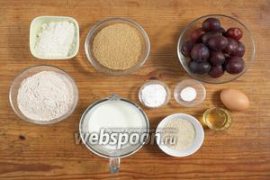 Для приготовления нам понадобятся: сливы, яйцо, мука, пахта, соль, разрыхлитель, семена кунжута, сахар, масло подсолнечное.