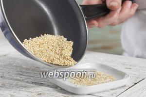 Обжариваем семена кунжута до появления золотистого цвета. Выкладываем на тарелку и даём остыть.
