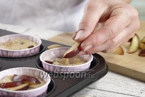 Выкладываем тесто в формочки и выпекаем в духовке 25 минут при 180°С.