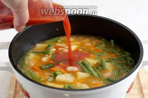 За время варки жидкость неизменно выкипит, её останется не так много, поэтому нужно добавить качественный томатный сок. Елена советовала сок домашнего производства, я же использовала сок с мякотью, уже пряный. Снова довести суп до кипения, проварив его 3 минуты.