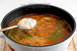 В самом конце добавить ложку столового хрена, лучше всего, домашнего производства. Довести суп до вкуса, добавив чего не хватает, обычно это соль. Довести до кипения и снять с огня. Суп готов.