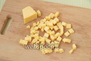 Мелкими кубиками нарезать твёрдый сыр.