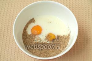 В миске соединить молоко, яйца, соль и перец, хорошо размешать.