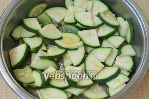 Цукини выложить в сковороду, добавить 2-3 ложки воды и немного припустить под крышкой до мягкости.